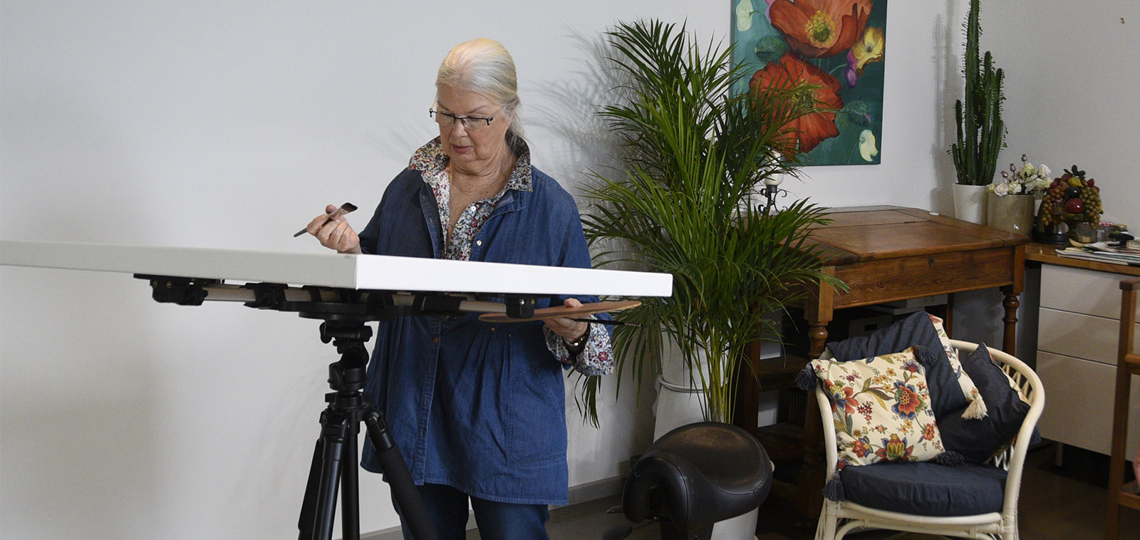 Tilt your canvas horizontally and paint at any height with the artristic STUDIO easel.
